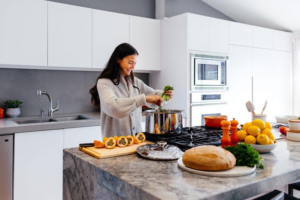 cozinha branca mulher cozinhando planejada