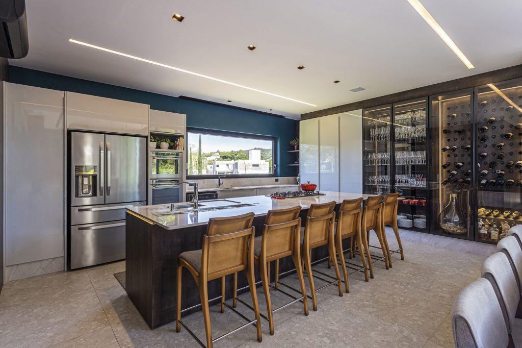 benefícios dos armários planejados cozinha gourmet integrada a sala de estar