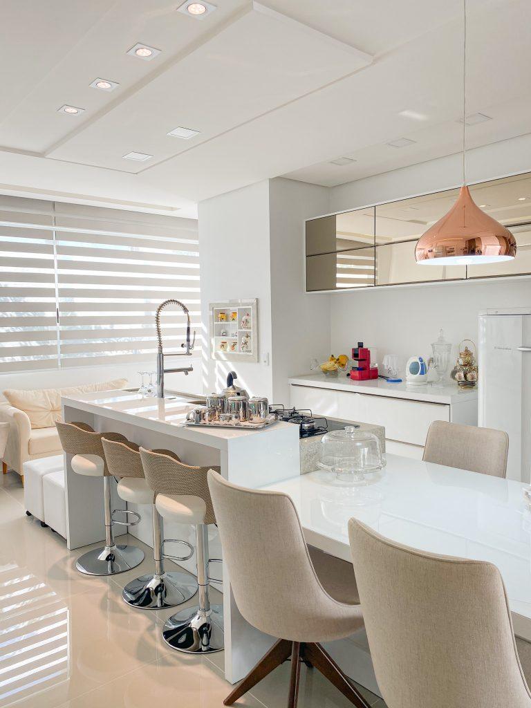 Cozinha Branca com detalhes cobre