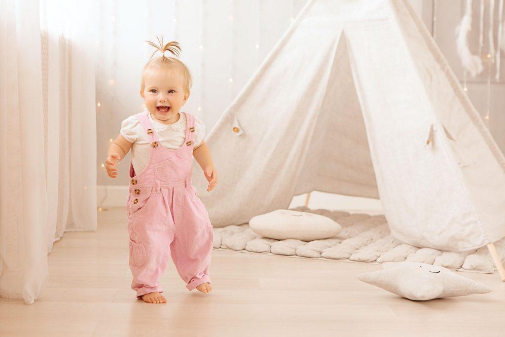 bebê menina tenda quarto infantil montessoriano
