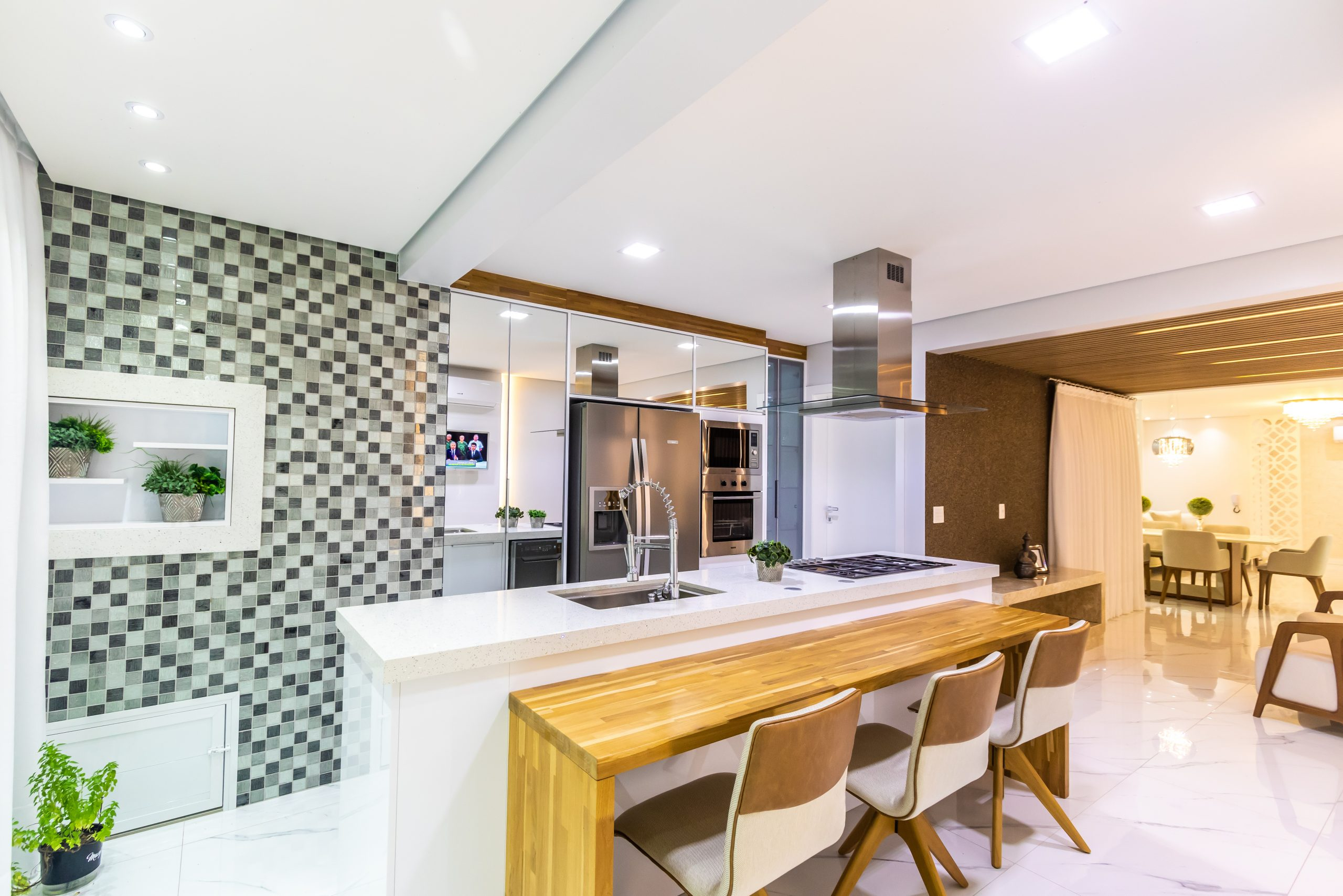 cozinha gourmet com madeira, pastilha e espelho cozinha luxo cozinha na praia