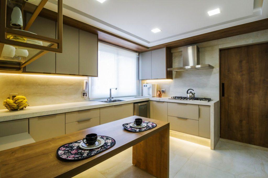 vantagens e benefícios dos armários móveis planejados cozinha madeira e bege