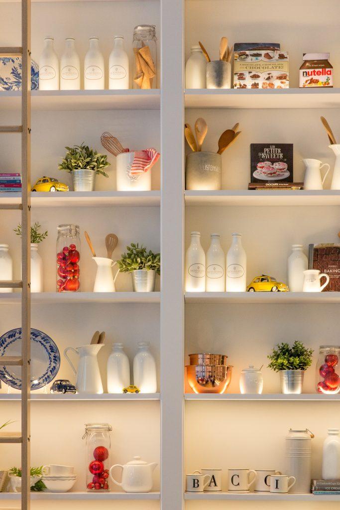 decoração de estante despensa de cozinha