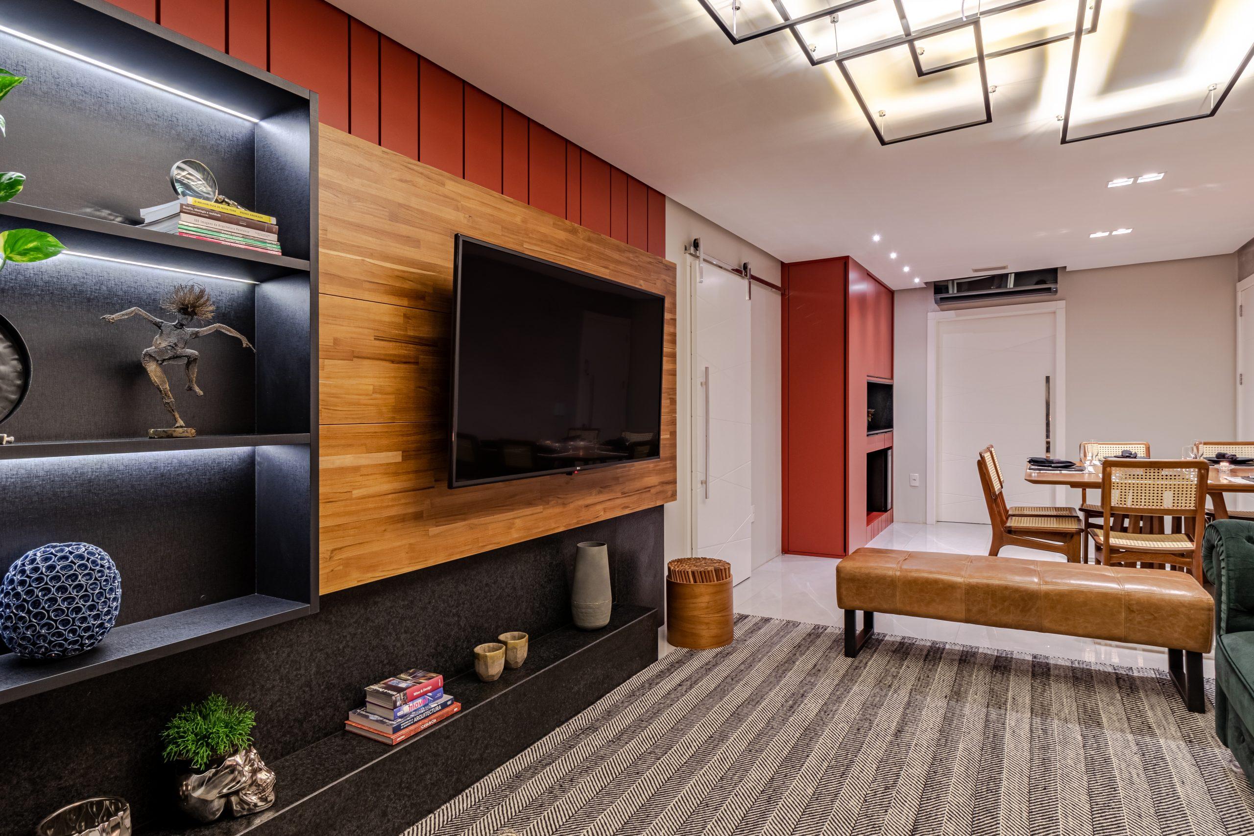 estante sala de estar com painel de madeira