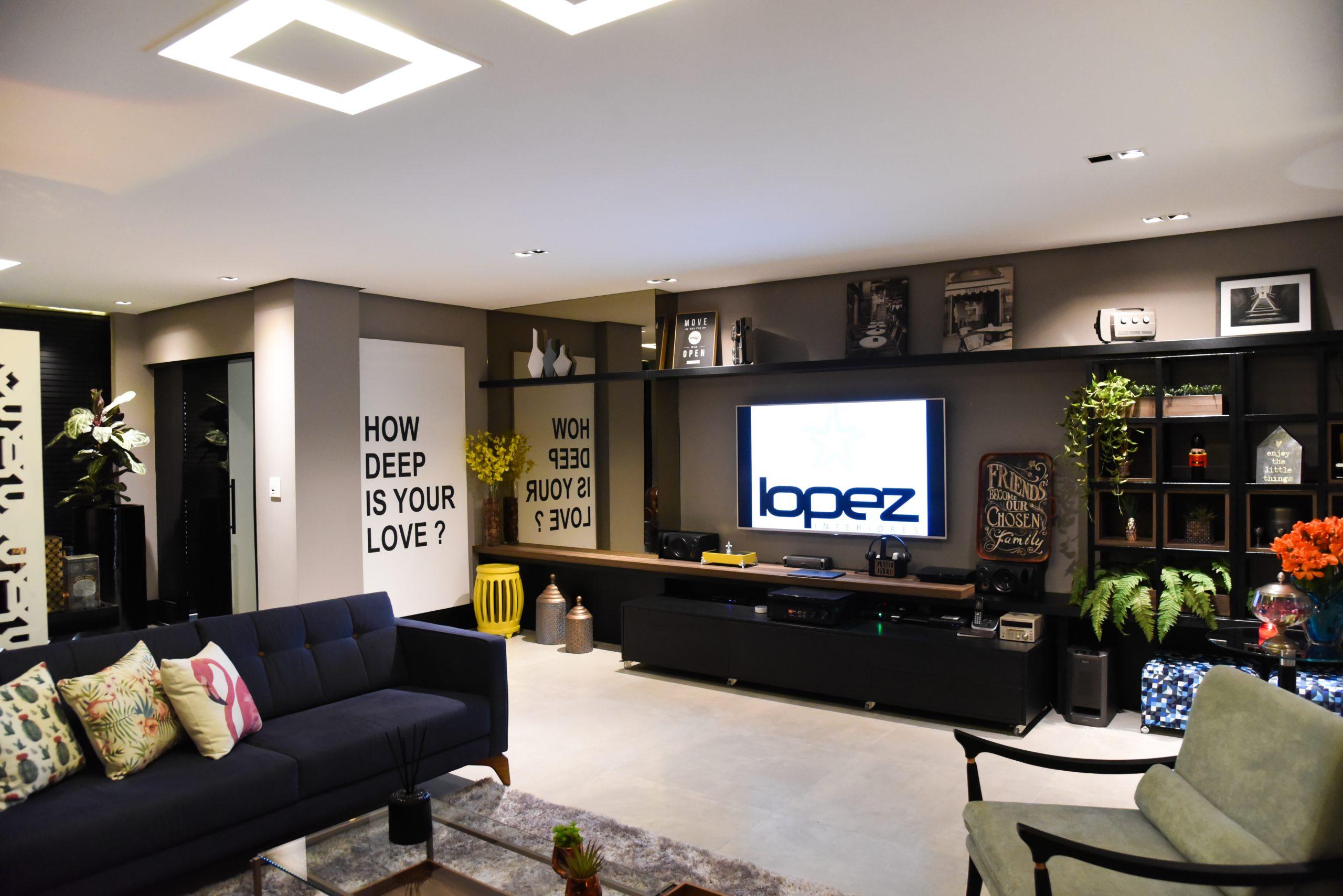 sala de estar preta com estante e quadros decoração industrial