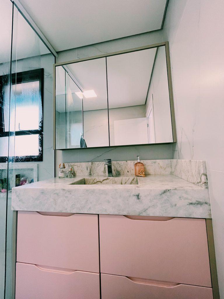 banheiro com armários rosa