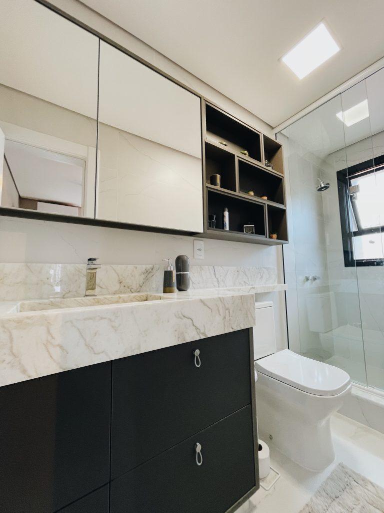 armário de banheiro planejado com nicho