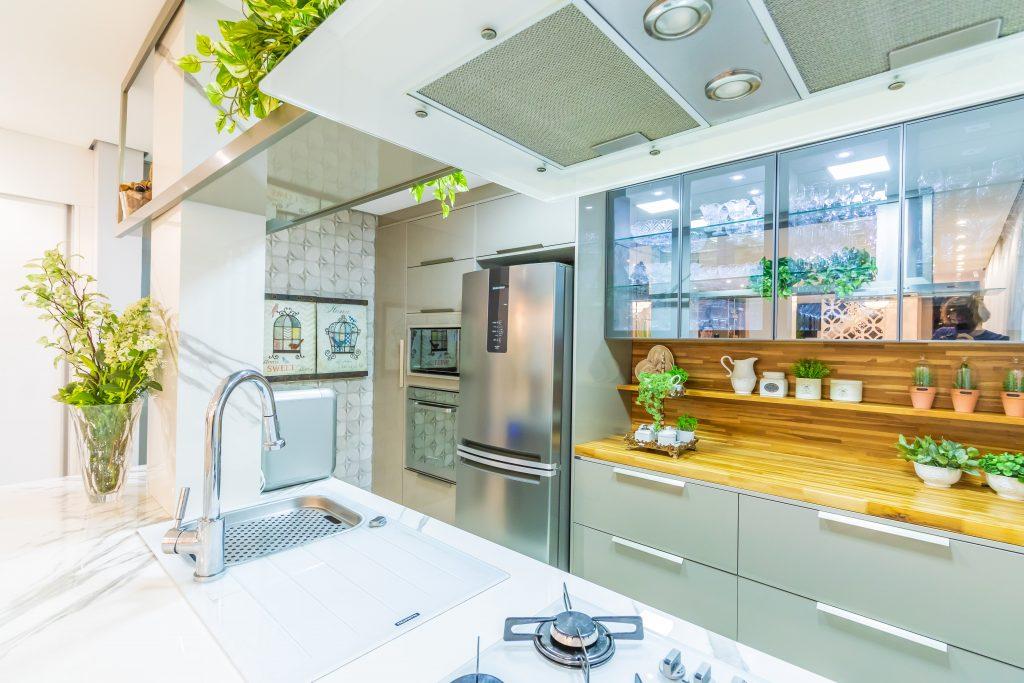 cozinha com porta de vidro e iluminação luz fria