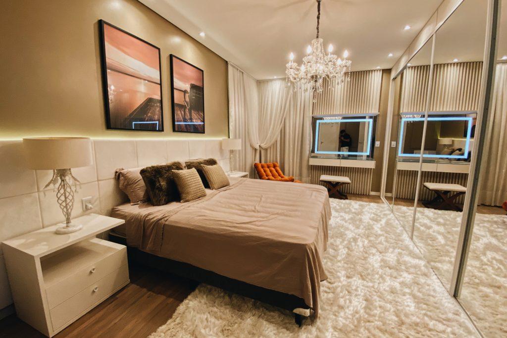quarto aconchegante com tapete felpudo