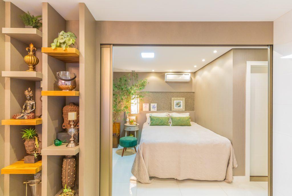 estante divide ambiente sala e dormitorio hospedes