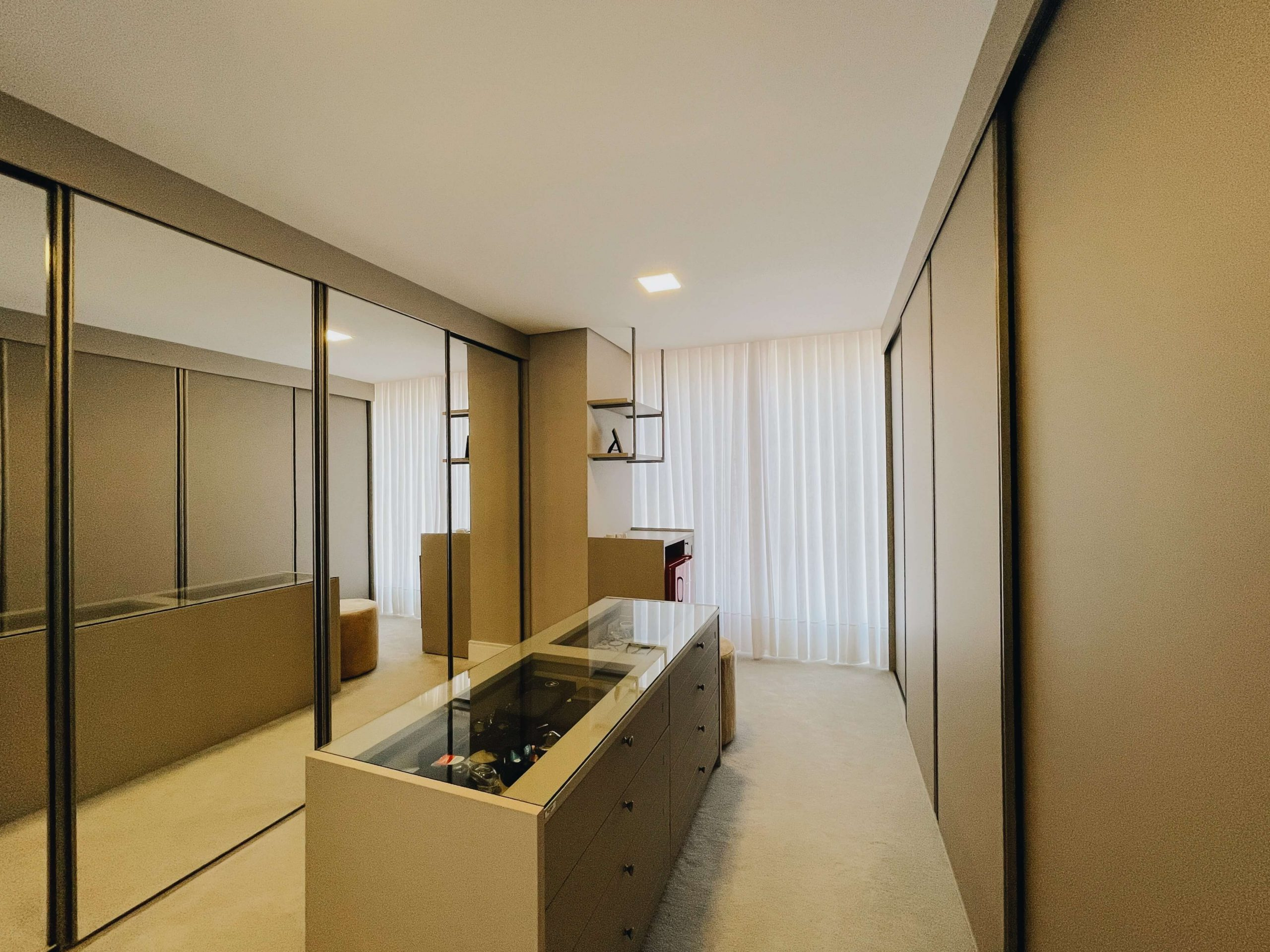 Closet com espelho dormitorio organizado planejado