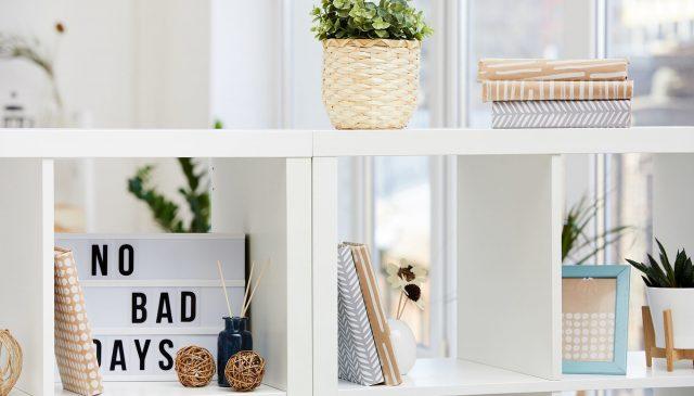 Descubra como utilizar as estantes divisória de ambientes da melhor forma