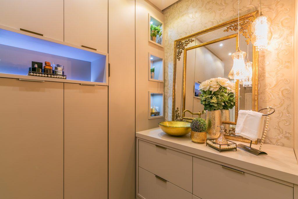 dormitório com espelho clássico